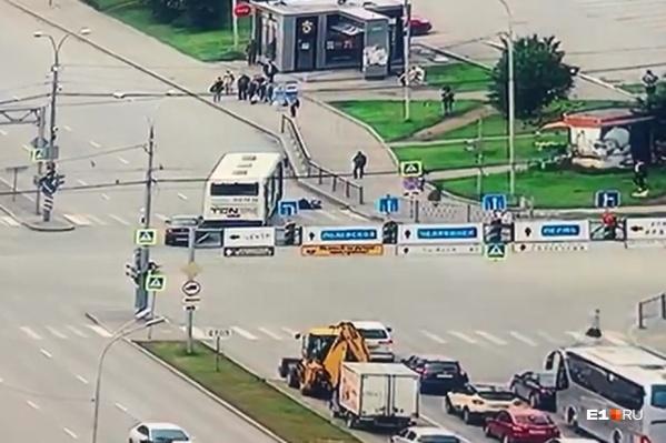 Сбив пешеходов, автобус резко остановился, а сзади в него едва не влетела легковушка