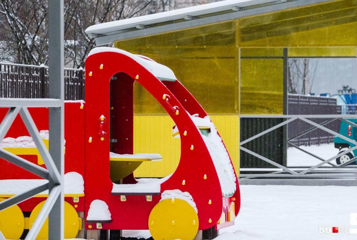 Поиграть на заснеженной площадке детского сада — невыполнимая задача для пятилетней пермячки. Девочку не пускают в садик из-за отсутствия Манту