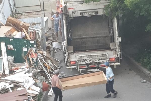 После запроса журналистов на место оперативно прибыла мусороуборочная машина