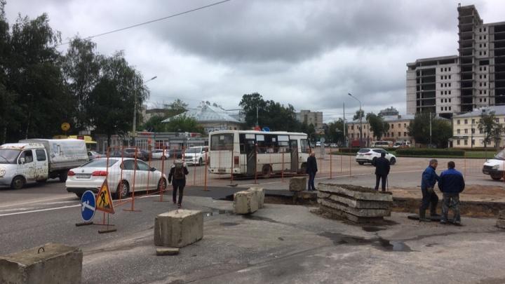 Перекрыли мост в час пик: Заволжский район встал в дикую пробку. Люди бросали автобусы, шли пешком