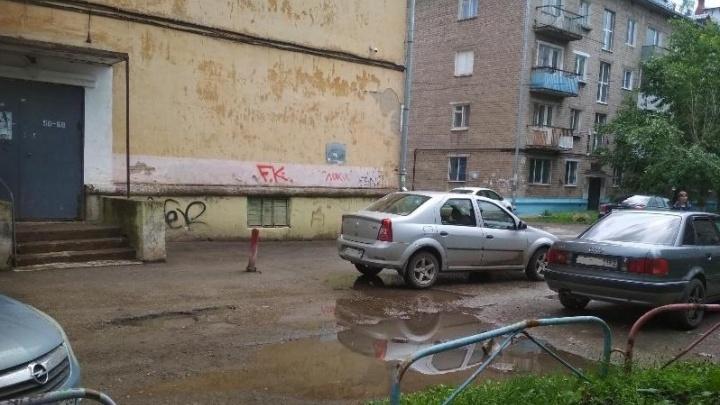 В Краснокамске автомобиль сбил во дворе 9-летнюю девочку