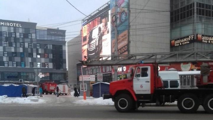 Спасатели окружили здание ГУМа на площади Маркса