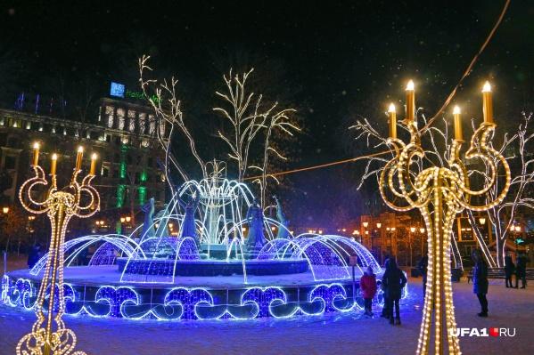 А вечером можно прогуляться по центру города и насладиться праздничной иллюминацией