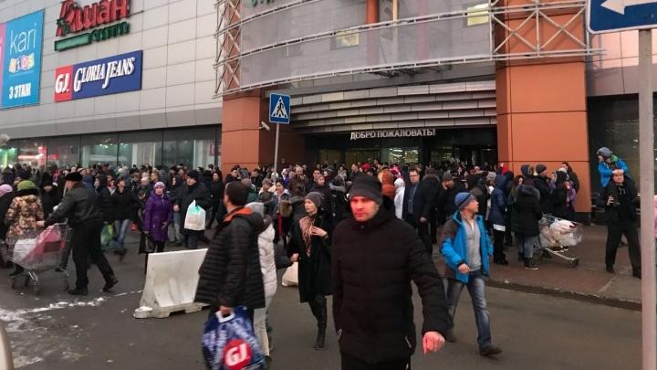Было четыре звонка: лжеминёров, испортивших уральцам новогодний шопинг, ищет полиция и ФСБ