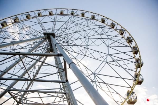 Владельцы аттракциона получили штраф в 300 тысяч рублей после ЧП, когда колесо закрутилось в обратную сторону