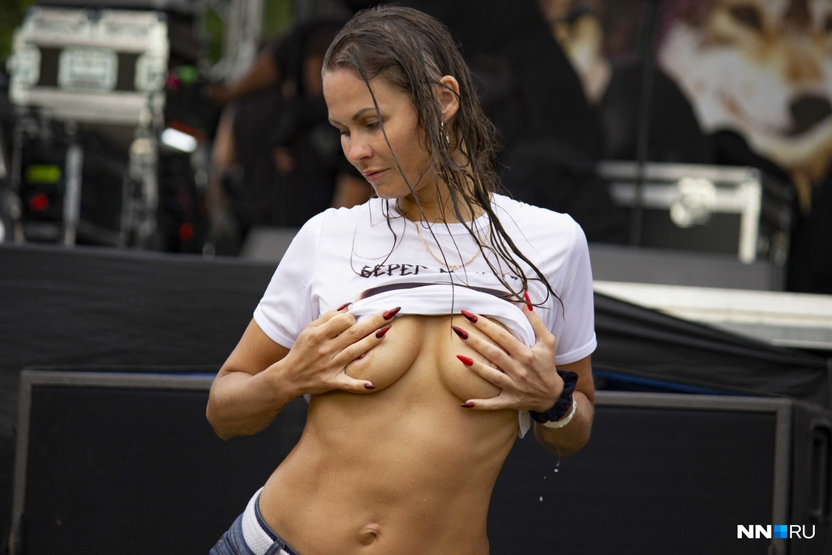 На фото — победительница конкурса мокрых маек