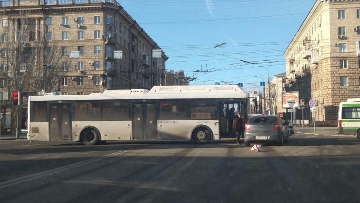 На злополучном перекрёстке в центре Волгограда автомобилистка протаранила автобус