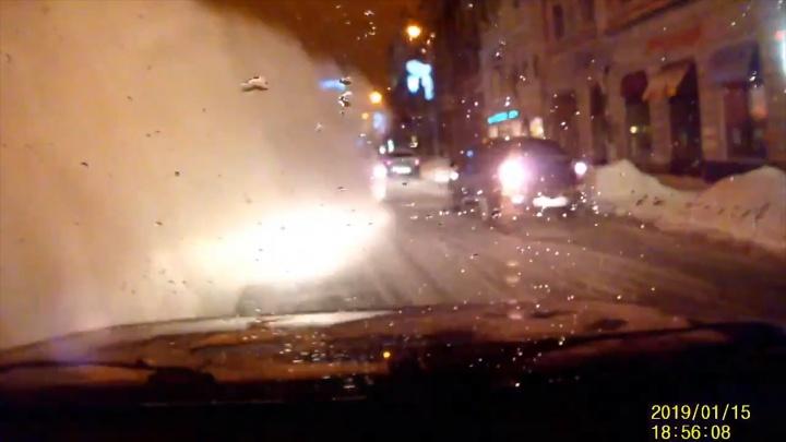 Появилось видео схода снежной лавины с крыши дома на улице Куйбышева