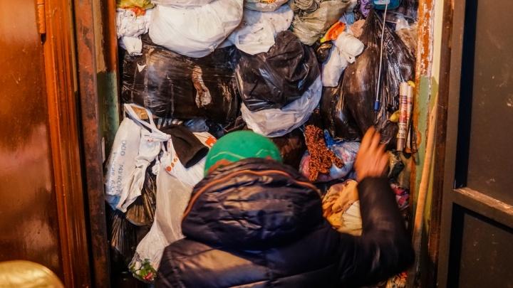 «Смрад, на каждом этаже по мыши». Бабушка из Перми вновь забила мусором квартиру и мешает соседям