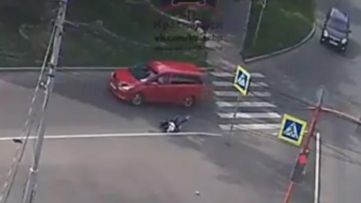 Невнимательная женщина на «Тойоте» сбила пешехода: очевидцы равнодушно подошли посмотреть