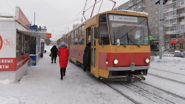 Трамваи изменили маршруты из-за ремонта путей на Вторчермете