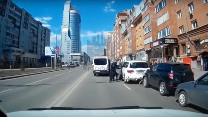 Стали известны подробности задержания СОБРом водителя на «Инфинити»: его скрутили в ТЦ