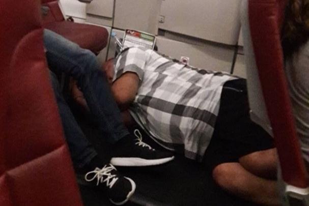 Как в последний раз: пассажир уснул в проходе самолета из Туниса в Самару