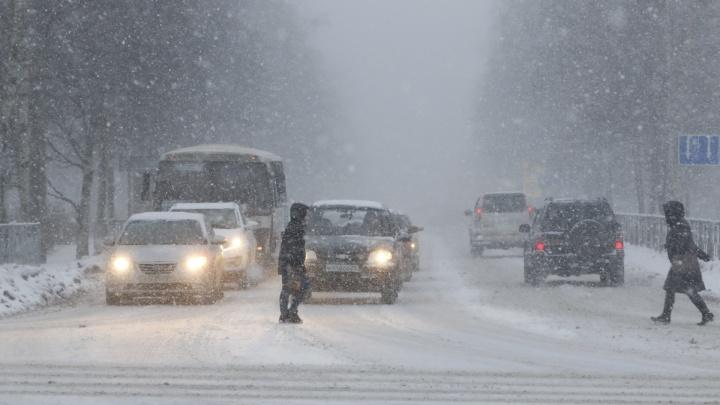 Спецтехника, дорожники и дисциплина горожан: как Архангельск будет до утра бороться со снегопадом