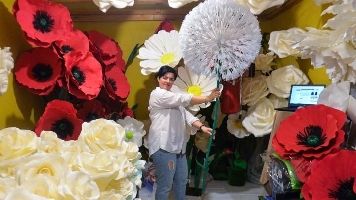 Бизнес в декрете: екатеринбурженка стала зарабатывать на гигантских цветах из фантастических фильмов