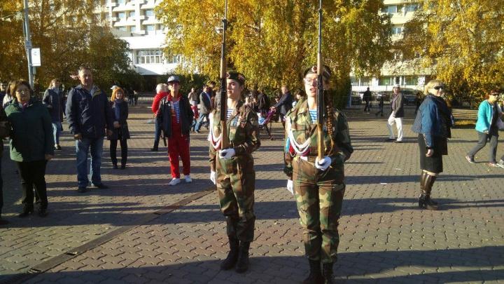 Девушки со штыками и игры патриотов. Как красноярцев уговаривали пойти в армию за 38 тысяч в месяц