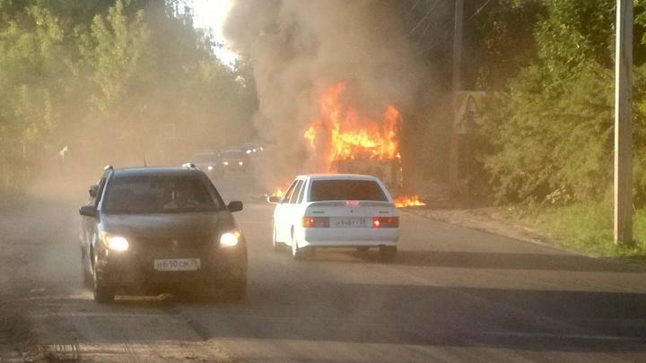 В Заволжском районе Ярославля на ходу загорелся автобус с пассажирами