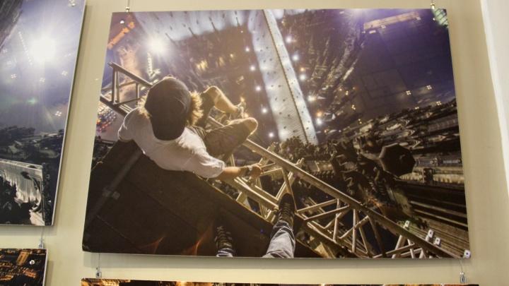 Кроссовки над бездной: в Новосибирске открылась первая большая выставка руфера Вадима Махорова