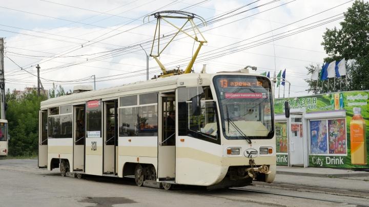 Полицейские нашли школьницу, бросившую булыжник в трамвай № 13