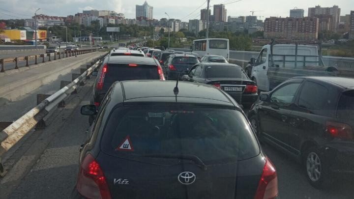 Пробки парализовали Профсоюзную улицу. Почему так, и сколько еще дней придется стоять в заторах
