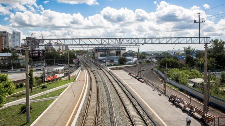 Грузовые вагоны сошли с рельсов у вокзала Новосибирск-Главный