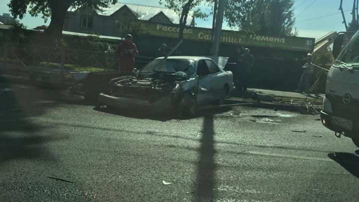 «Тойота» снесла пешеходное ограждение на Немировича-Данченко