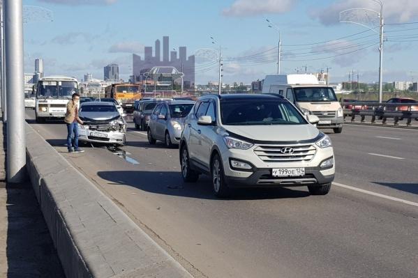 Чтобы авария не мешала движению, машины сдвинули на полосу для автобусов