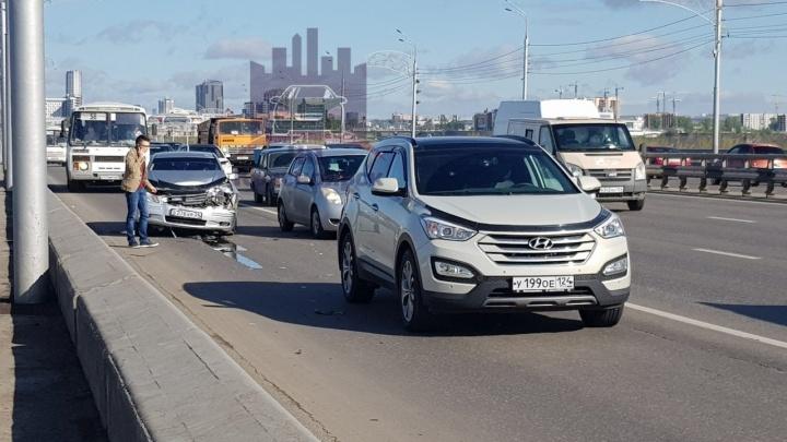 Сидел и допивал «Абаканское»: пьяный водитель рано утром устроил ДТП на Октябрьском мосту