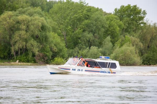 Трое водолазов на спасательном катере поехали искать рыбаков