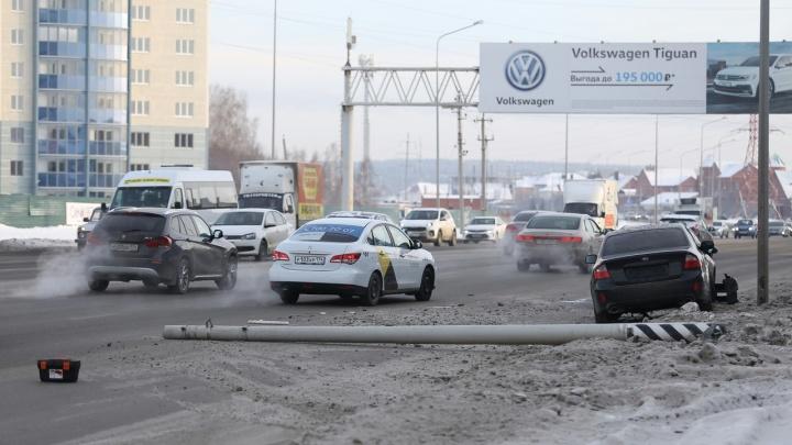 Перекрыл две полосы: автомобилист снёс столб на северо-западе Челябинска