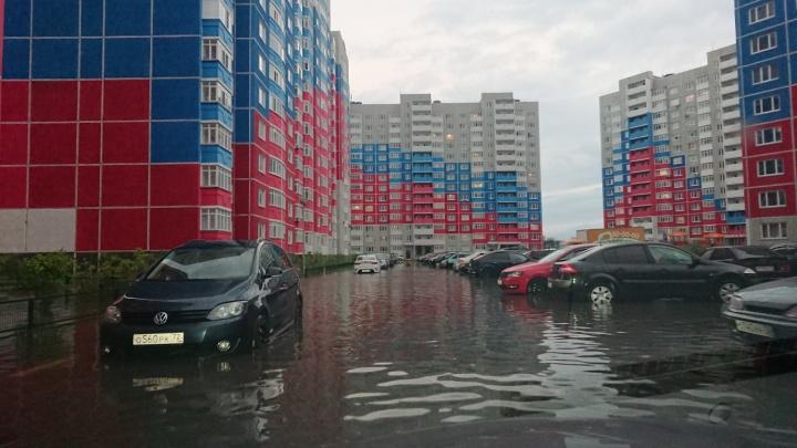 «Снимайте видео, чтобы показать масштаб бедствия»: тюменец — о затопленных дворах после дождя