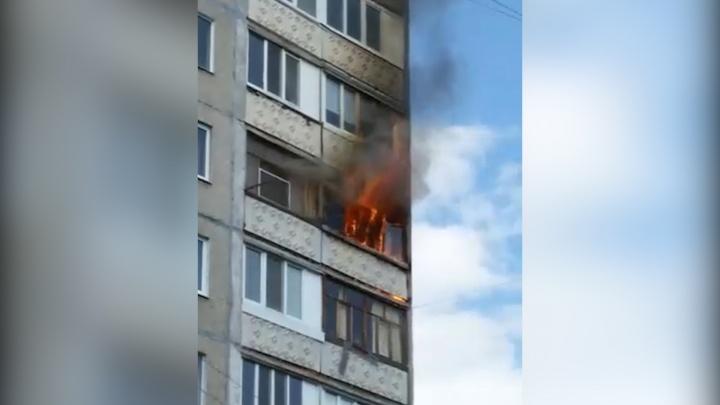 В Уфе из балкона вырываются языки пламени: пожарные вывели из многоэтажки 10 человек