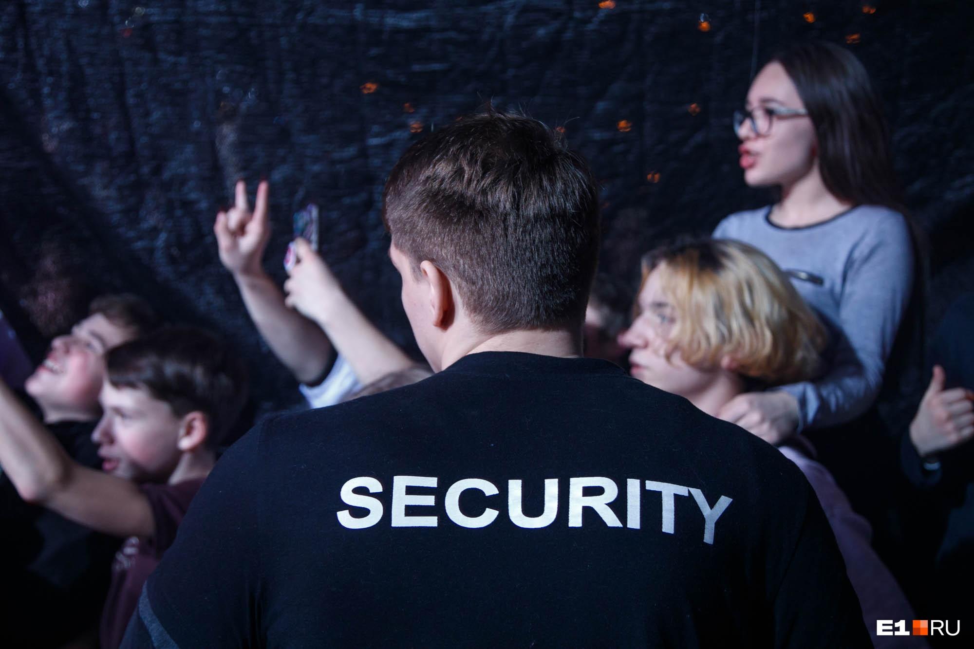 Благодаря усилиям охраны напор толпы удалось сдержать
