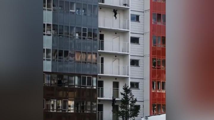 Бесстрашные подростки развлекались спуском по балконным перилам с 7-го этажа