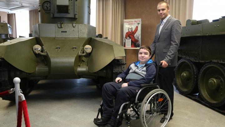 14-летнему Диме, прикованному к инвалидной коляске, устроили экскурсию в Музей военной техники