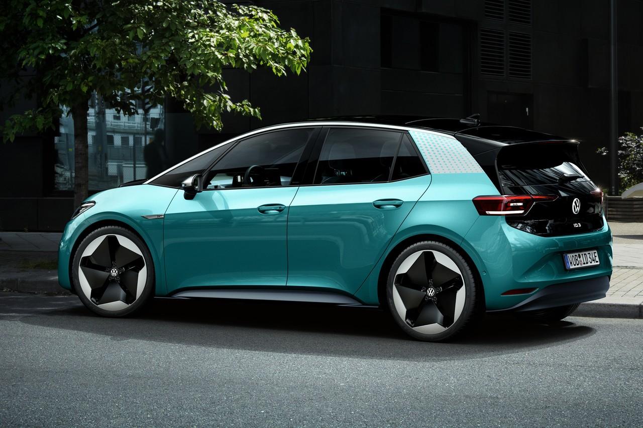С батареей максимальной ёмкости (77 кВт*ч) запас хода по строгому европейскому циклу WLTP составляет 550 км, что сравнимо с автономностью бензиновых машин. Зарядка от источника мощностью 100 кВт на пробег около 300 км занимает полчаса