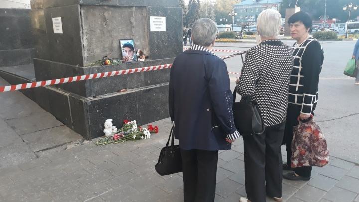 Самарцы устроили мемориал на площади Кирова, где погиб 10-летний мальчик