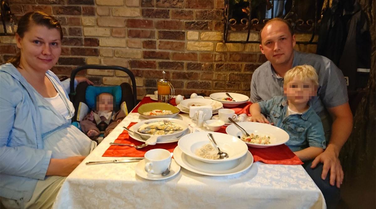 Семья Соколовых незадолго до трагедии. В деталях произошедшего разбираются следователи. Есть версия, что женщина страдала от послеродовой депрессии. Это могло толкнуть ее на необдуманные поступки