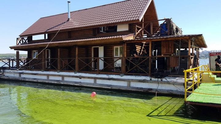 В Самаре демонтировали плавучую баню бандитов