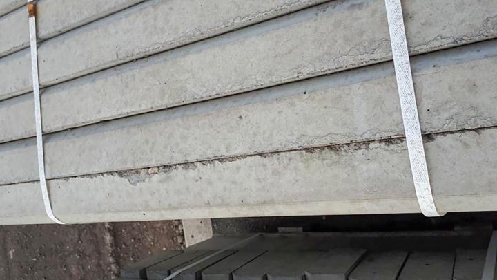 Раскрошенный бордюр заметили среди привезённых новых бортовых камней в «Бобровом логу»