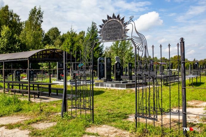 Езидское кладбище находится на территории нового в 10 километрах от центра Тутаева. Оно основано в 1992 году