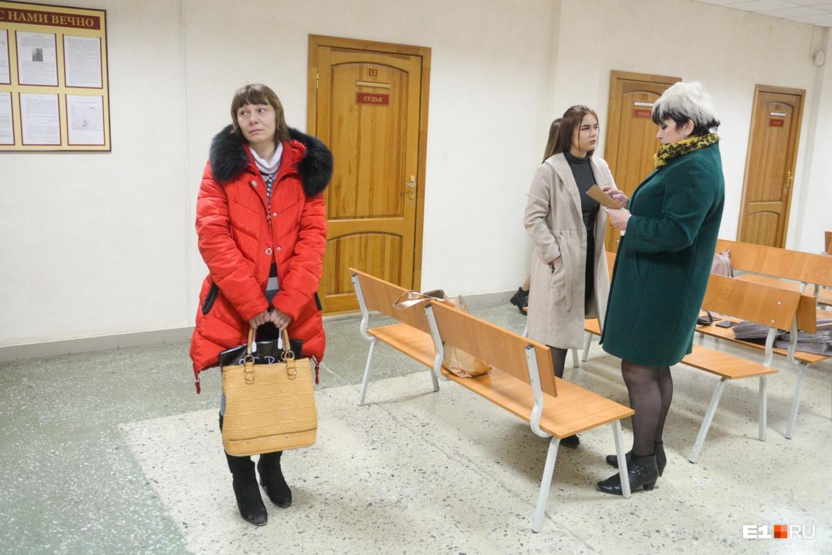 Сейчас Оксана (слева) встречается со свекровью в суде. Разговаривать с нами она отказалась