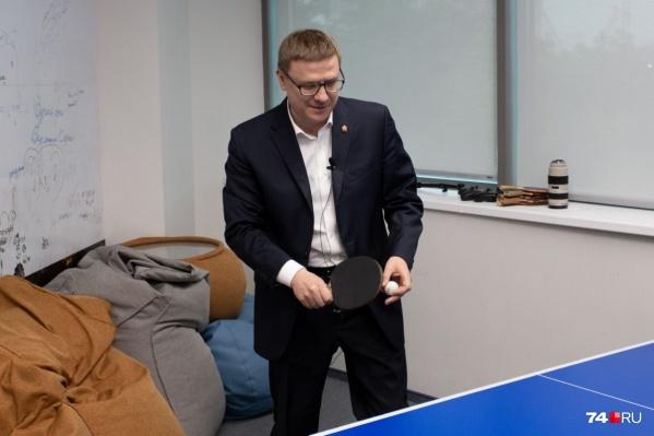 Врио губернаторасыграл в пинг-понг перед интервью с главным редактором 74.ru
