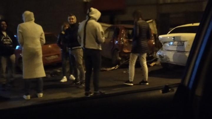 Смертельное ДТП на Герцена, массовое побоище на парковке и проезд на красный: дорожные видео недели
