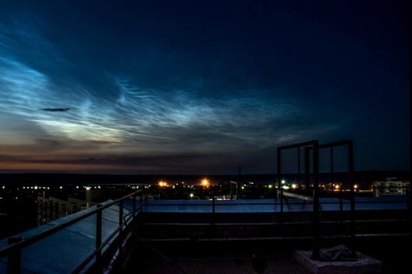 Серебристые облака лучше всего видно за городом глубокой ночью