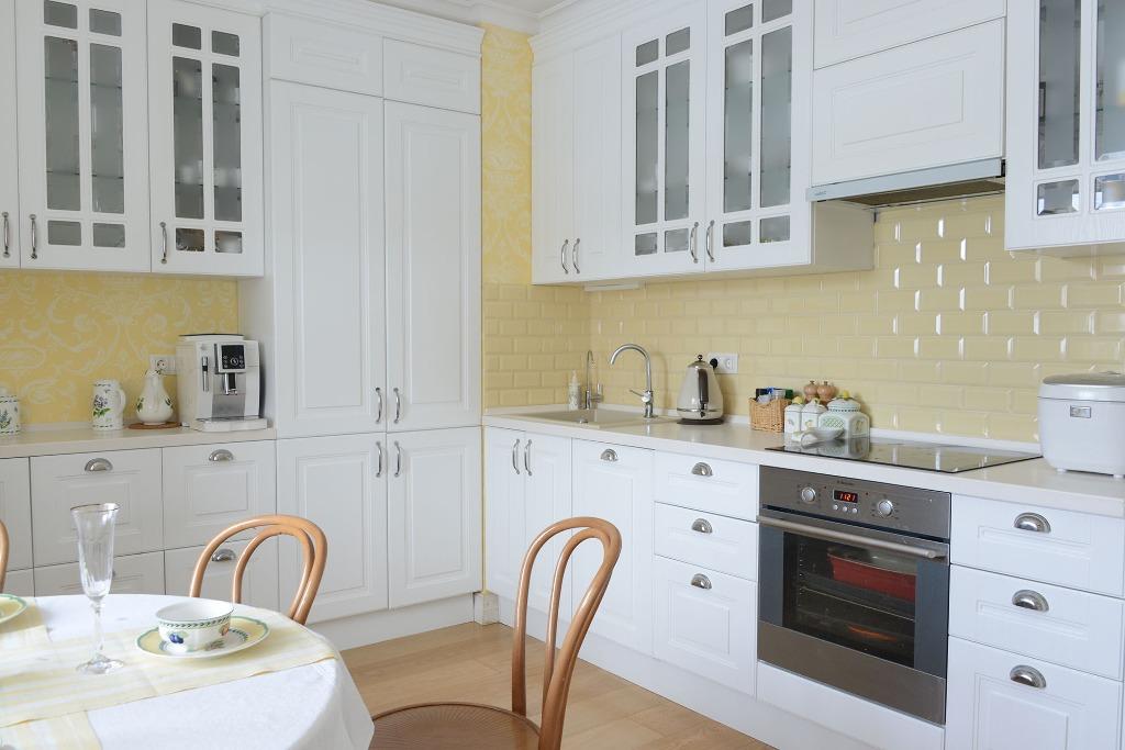Места хватит всем: фото квартир с большими кухнями