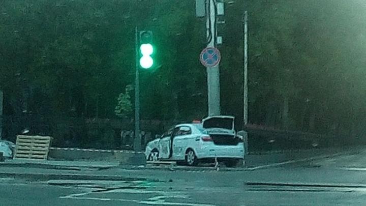 В Волгограде утром такси протаранило историческую ограду на улице Комсомольской