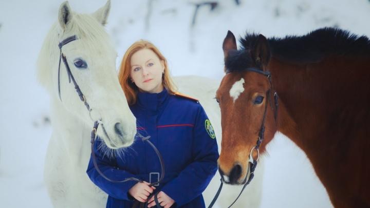«Она не из простых»: как сотрудница следкома Поморья перевоспитала «строгую» лошадь