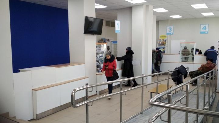 В Омске отремонтировали отделение почты с дырами в потолке