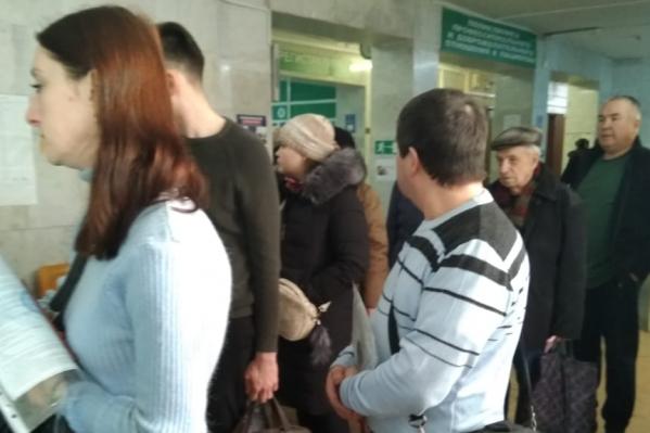 В регистратурах южноуральских поликлиник выстроились очереди